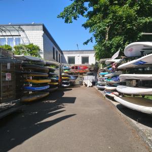 Surfbrettständer in der Surfschule