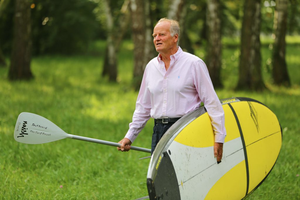 Helmut Bauch mit Stand Up Paddleboard an Land