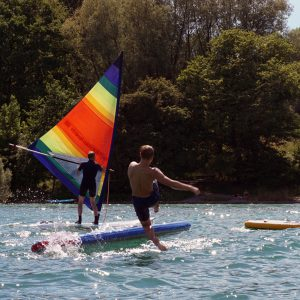 Stand Up Paddler fällt vom Board