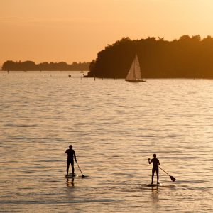 Zwei Stand Up Paddler im Sonnenuntergang