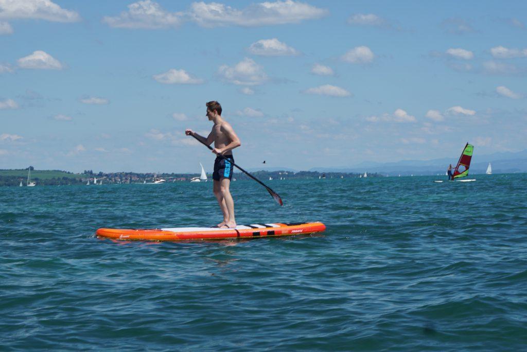 Man beim Stand Up Pappdling auf dem Bodensee