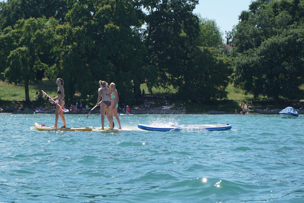 Drei Stand Up Paddlerinnen auf dem Wasser
