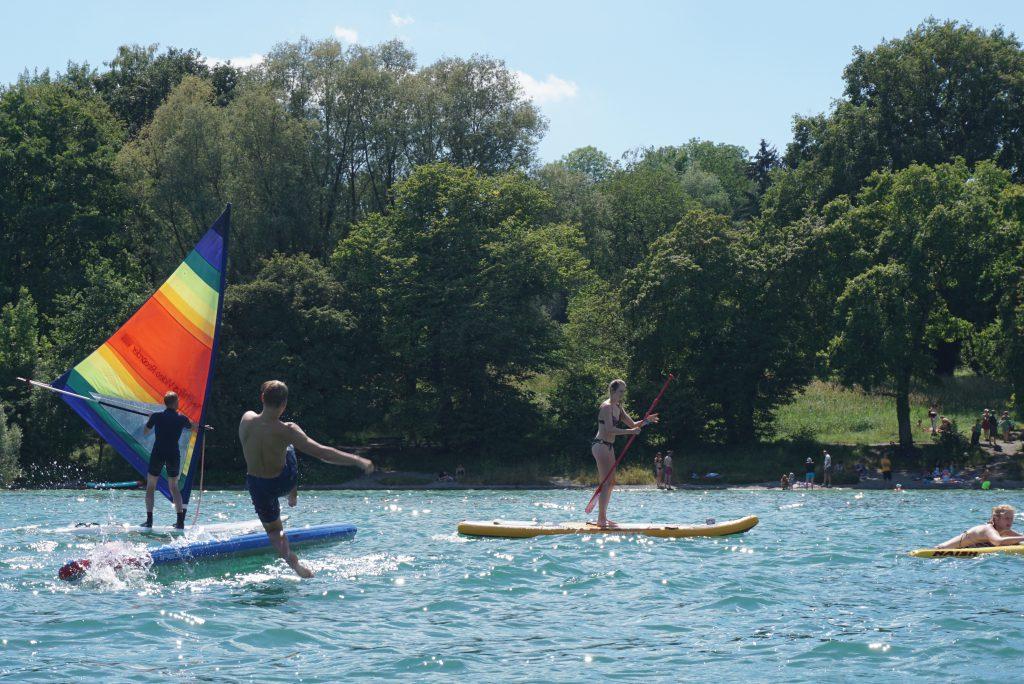 Windsurfer und zwei Stand Up Paddler