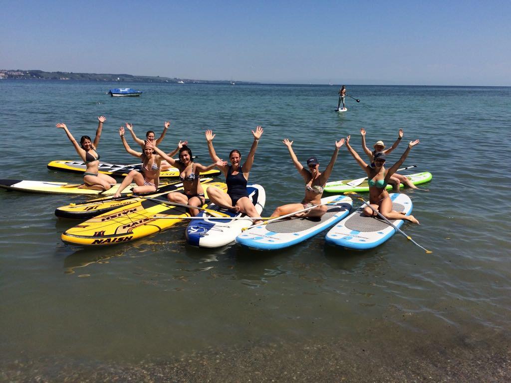 Stand Up Paddling Gruppe auf dem Wasser