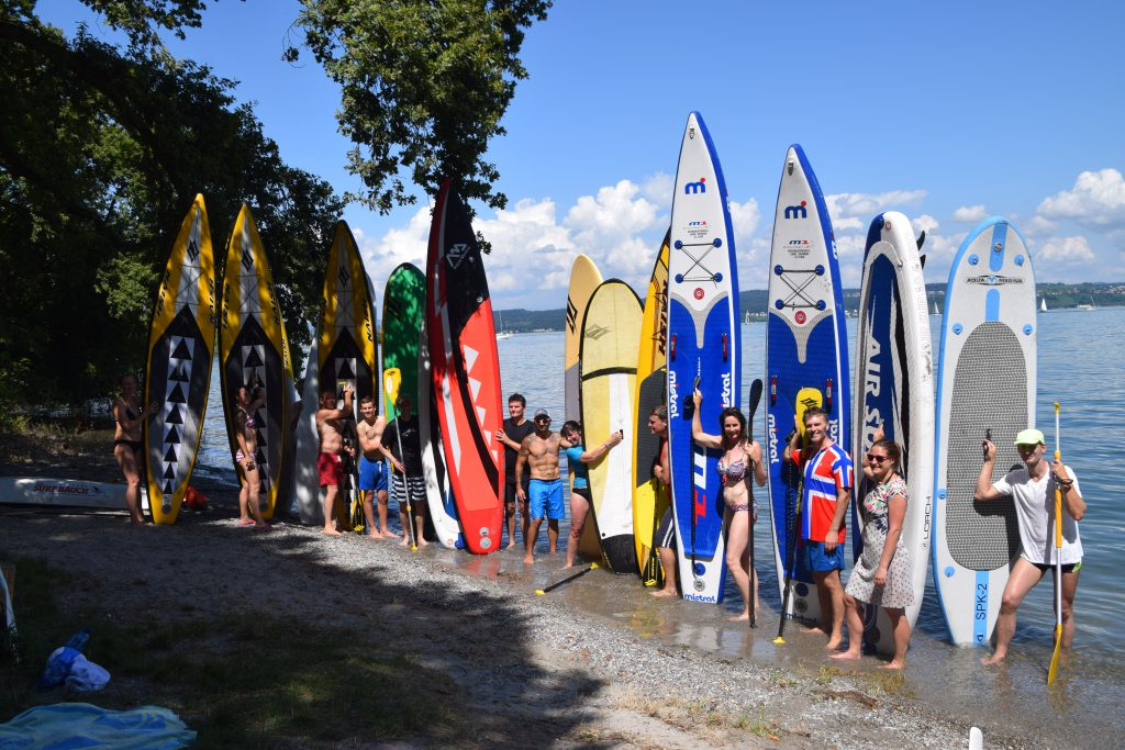 Stand Up Paddling Gruppe mit SUPs